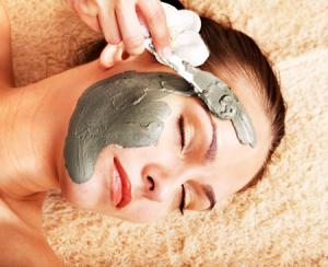 Глина как эффективное средство в борьбе с жирной пленкой на лице