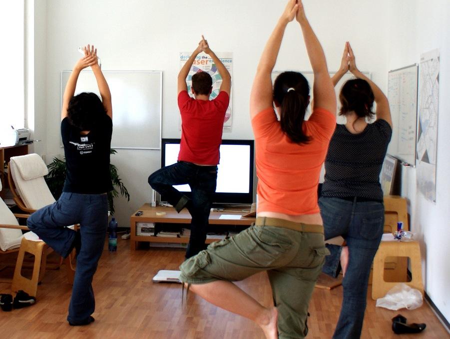 Полезные советы для женщин: йога в офисе
