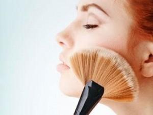 Как правильно спрятать прыщи под слоем макияжа?
